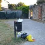 Spoleto, sacchi della spazzatura nei cestini: multe da 300 euro