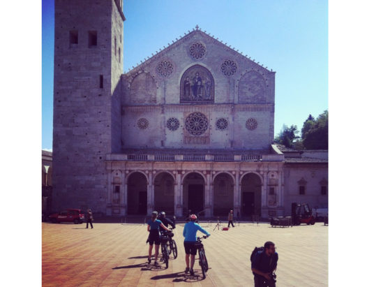 Turisti-duomo-di-Spoleto