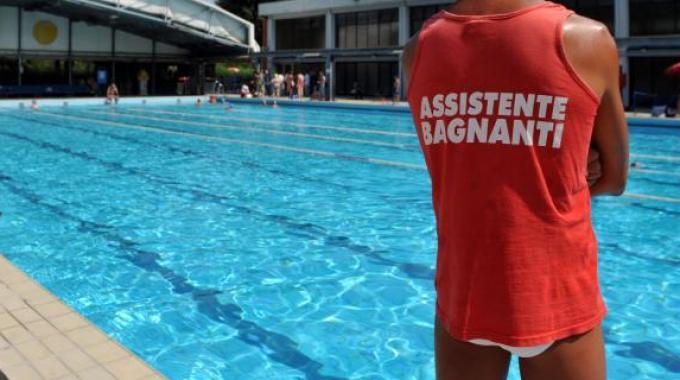 bagnino_piscina_esterna_assistente_bagnanti