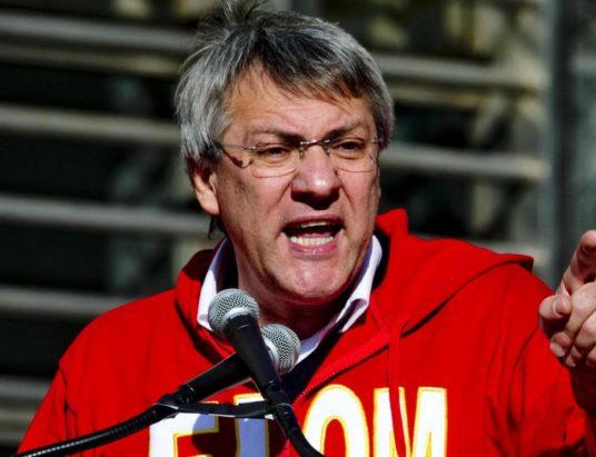Il segretario generale della Fiom-Cgil Maurizio Landini durante la manifestazione promossa in occasione dello sciopero di otto ore dei metalmeccanici, Napoli, 21 novembre 2014. ANSA/ CIRO FUSCO