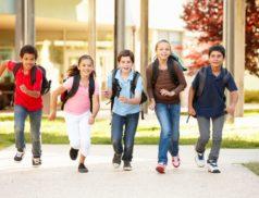 andare-scuola-piedi-vantaggi-benefici-bambini-progetto-piedibus-video